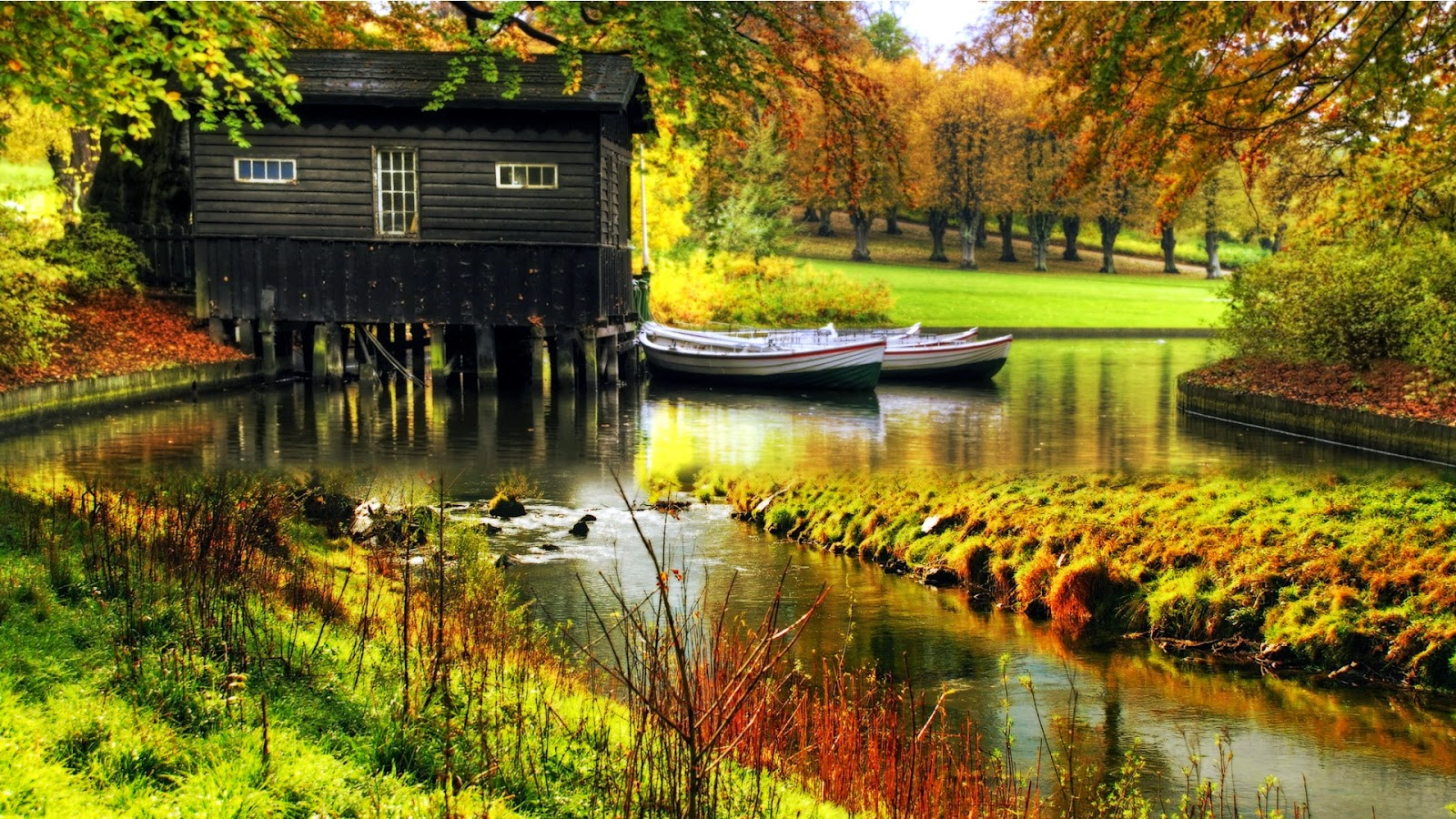 Wallpaper met botenhuis en bootjes in water