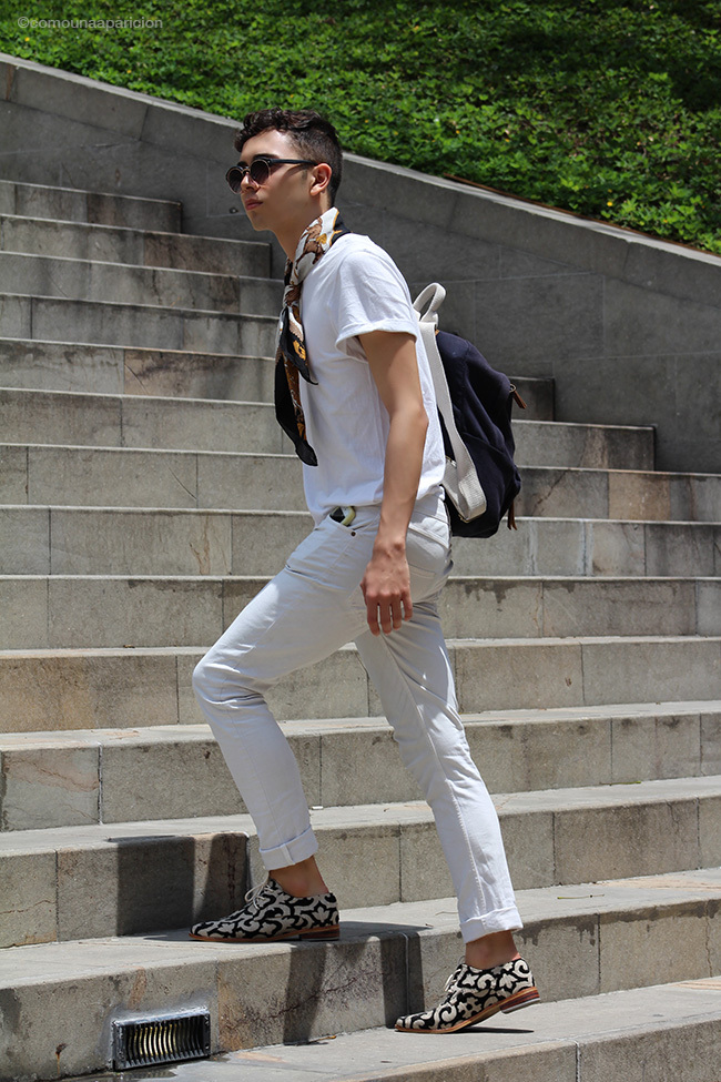 como-una-aparición-street-style-men-style-moda-masculina-pañuelos-silk handkerchief-white-t-shirt-summer-street-looks-moda-en-la-calle-accessories-sunglasses-backpack-fashion-bloggers-colombiamoda-2016
