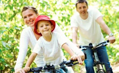 نشاطات وأفكار عائلية لقضاء العطلة والمحافظة على صحّة ورشاقة طفلك ركوب الدرجات الدراجة اب ام طفل يركبون man woman child bike