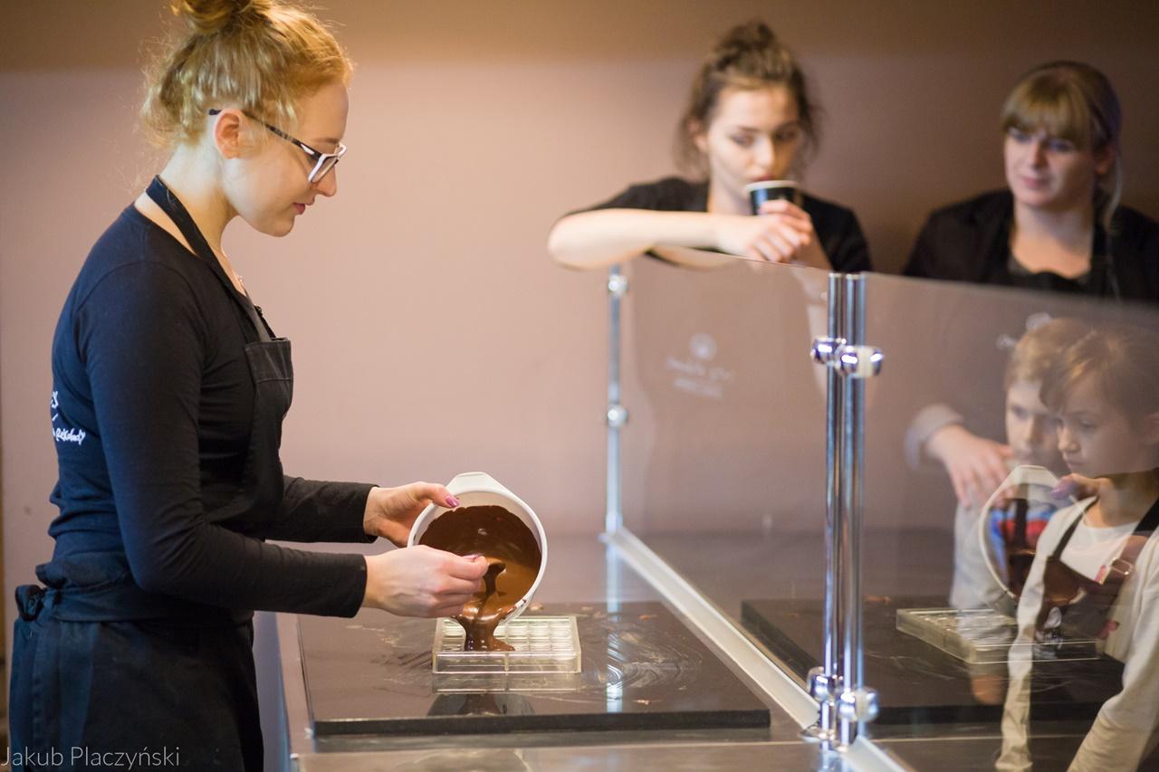 9 warsztaty robienia czekoladowych słodkości manufaktura czekolady warsztaty tabliczek pralin jak zrobić narzędzia z czekolady