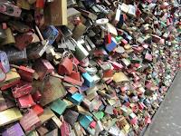 Fotografia dos cadeados do amor, na ponte ferroviária de Colónia