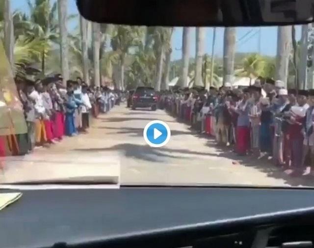 Berkilometer Santri Madura Berjejer di Jalan Sambut Kedatangan Cawapres Sandi Uno