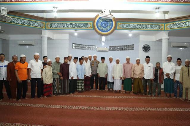 Kapolrestabes Bersama Kapolsek Sholat Subuh Berjamaah Dengan Warga