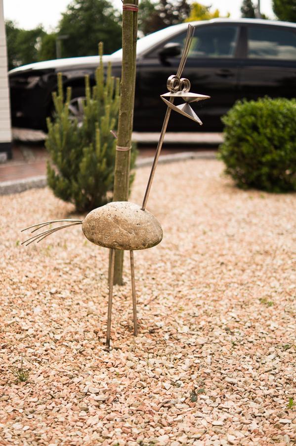 Blog + Fotografie by it's me | fim.works | Ein Garten im Norden | Vogel aus Metall und Stein