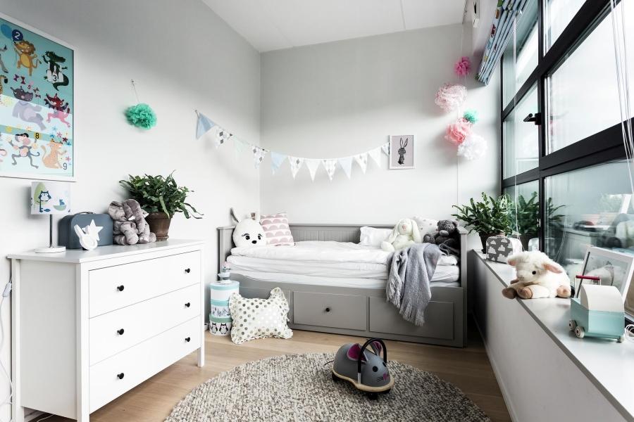 Nowoczesna prostota, wystrój wnętrz, wnętrza, urządzanie mieszkania, dom, home decor, dekoracje, aranżacje, styl nowoczesny, modern style, light colors, jasne kolory, biel, white, szarość, grey, pokój dziecięcy, kids room