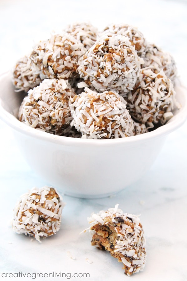 Learn how to make easy no-bake peanut butter cookie style energy bites. This vegan energy balls are a tasty gluten free snack with the flavors of both chocolate and peanut butter. #creativegreenliving  #creativegreenkitchen #vegan #glutenfree #energyballs #energybites #powerbites #proteinballs #healthysnacks #vegansnacks #glutenfreesnacks