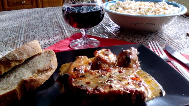 Вкусни свински пържоли и пилешки крилца с мед мента и сметана