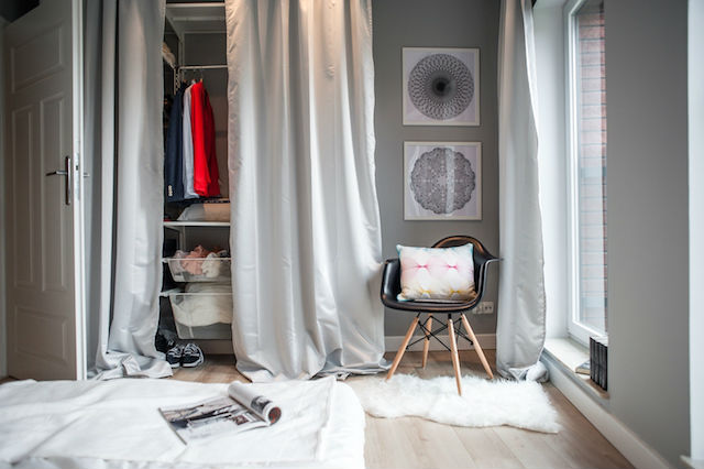 armario exento con rieles metálicos, cajas y cortinas