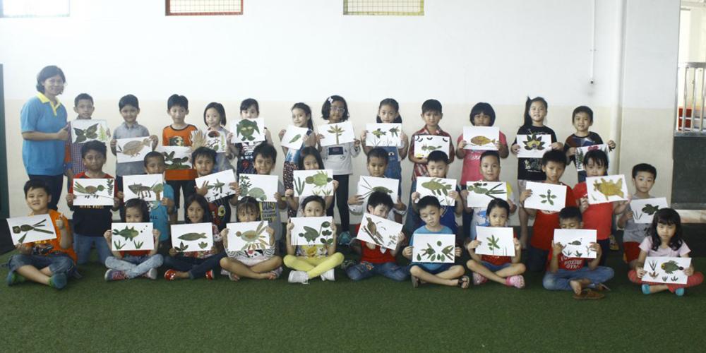 Siswa Kelas 2 SD Kristen Kalam Kudus Berkreasi dengan Daun