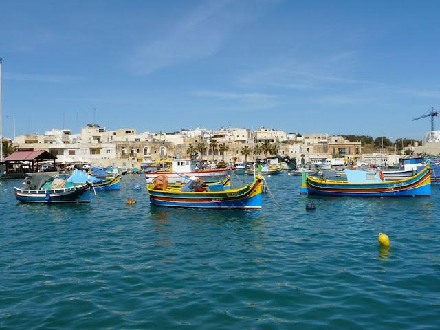 Kolorowe łodzie rybackie wmieście Marsaxlokk - Malta