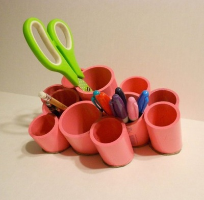 Gunakan pipa PVC (paralon) di meja kerja