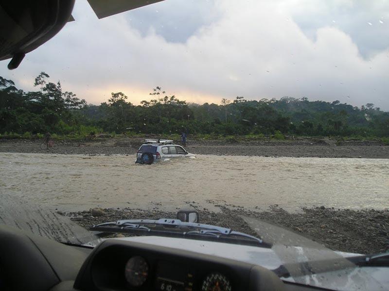 coche todoterreno cruzando el río Amazonas
