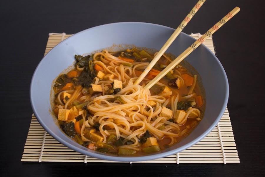 Fideos de arroz con verduras y tofu ahumado