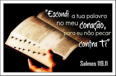 """O que fazer-para não pecar contra Deus? """"Guardo a tua palavra no meu coração para não pecar contra ti"""" - Salmos-119.11 (ARA). Bíblia Sagrada aberta nas mãos de leitor do texto sagrado."""