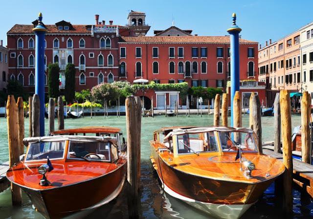 Translado de barco pela cidade de Veneza