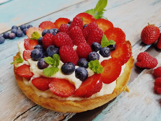 Tarta z kremem cytrynowym i owocami