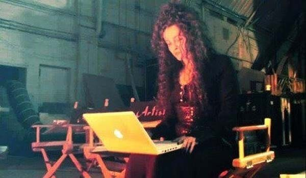 60 Iconic Behind-The-Scenes Pictures Of Actors That Underline The Difference Between Movies And Reality - Even Bellatrix Lestrange has to check her emails.
