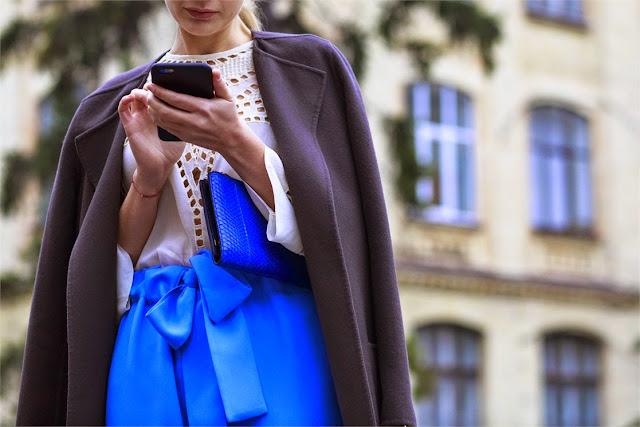 azul klein falda, y bolso