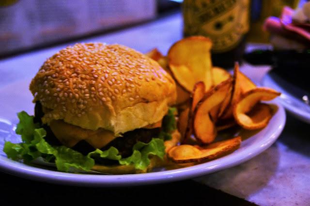 Hambúrguer da Casa no Boteco Carioquinha - Lapa