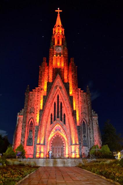 A iluminação noturna da Catedral de Pedra