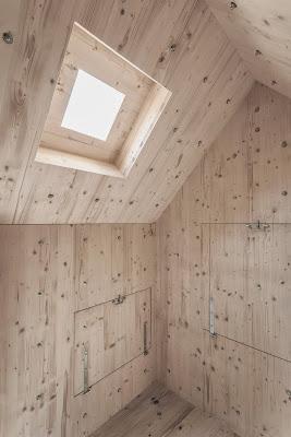 Interior de cabaña en alpes suizos