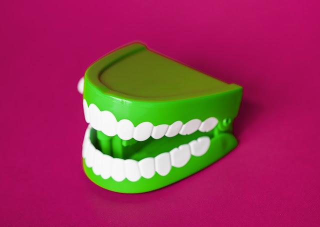 العناية بالأسنان-تبييض الأسنان و علاج تقرح الفم واللثة