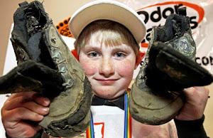 Scarpe da ginnastica più puzzolenti, ragazzo vince il primo premio e 2500 dollari
