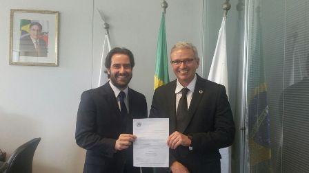 Chefe de Gabinete da PCMG, Delegado-Geral Bruno Tasca, e o Chefe da PCMG, Delegado-Geral  João Octacílio Silva Neto, com o documento que autoriza a nomeação dos novos profissionais.