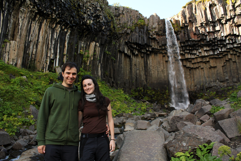 Alberto Y Lena frente a Svartifoss