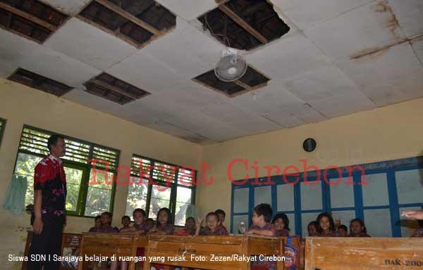 plafon sdn I sarajaya kabupaten cirebon rusak parah