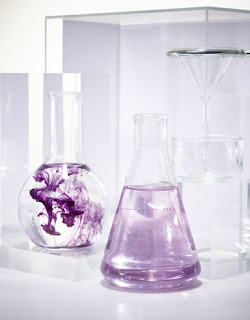Aspartolif μοβ υγρό με νερό σε μπουκάλι χημείου Η επανάσταση στην επιστήμη της ελαστικότητας