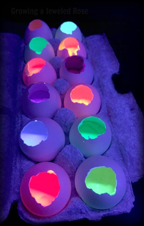 How to make GLOWING paint filled eggs- Just imagine setting the kids loose to toss glowing paint filled eggs on a hot Summers night. I mean, that's an epic play time right there!