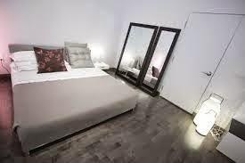 cuarto decorado con espejos