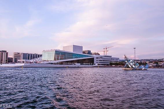 Vista de la opera de Oslo desde el agua