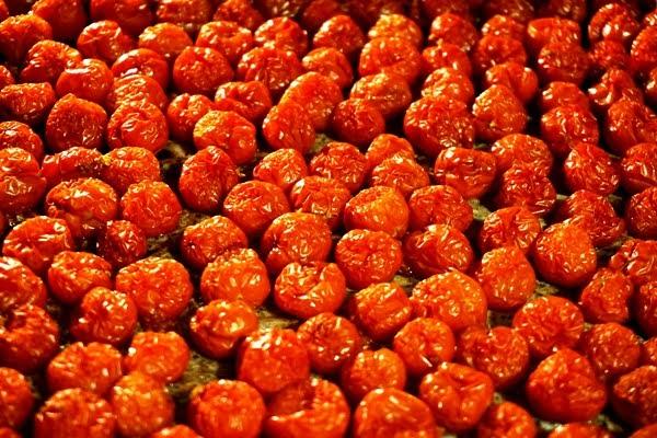 pomidorki koktajlowe suszone w piekarniku w trakcie suszenia