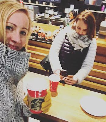 bloggart dioriina mökki-pirkko startbucksissa kuvaussessio kahvi mukaan