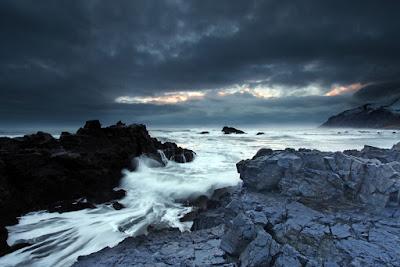 Cielos oscuros en el invierno Islandés