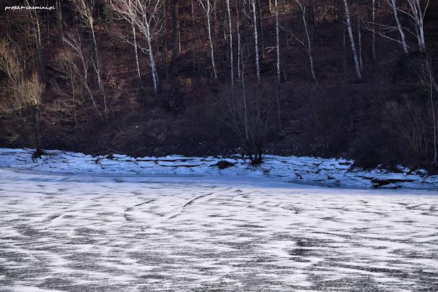 Zapora Pilchowicka, zamarznięta woda i widać poziom lodu