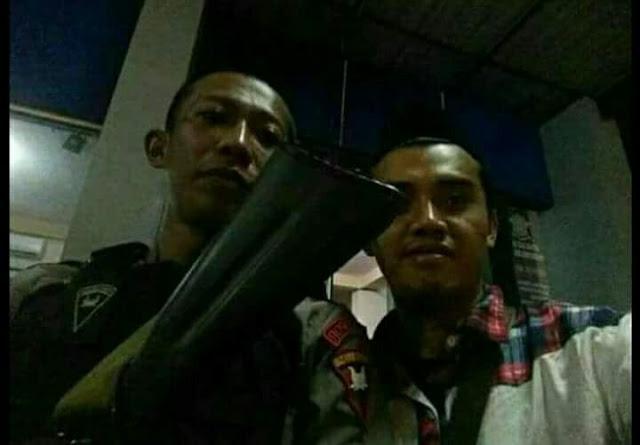 Santri yang disuruh mbuka isi Kardus dan tasnya sama Polisi  berakhir dengan foto selfi