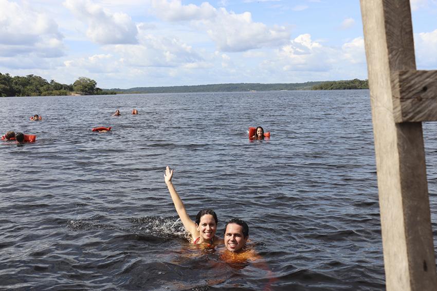 nadando no Rio Negro