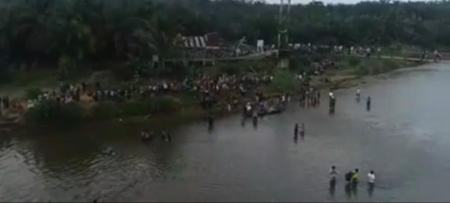 Warga menyaksikan proses evakuasi lumba-lumba di Labura.