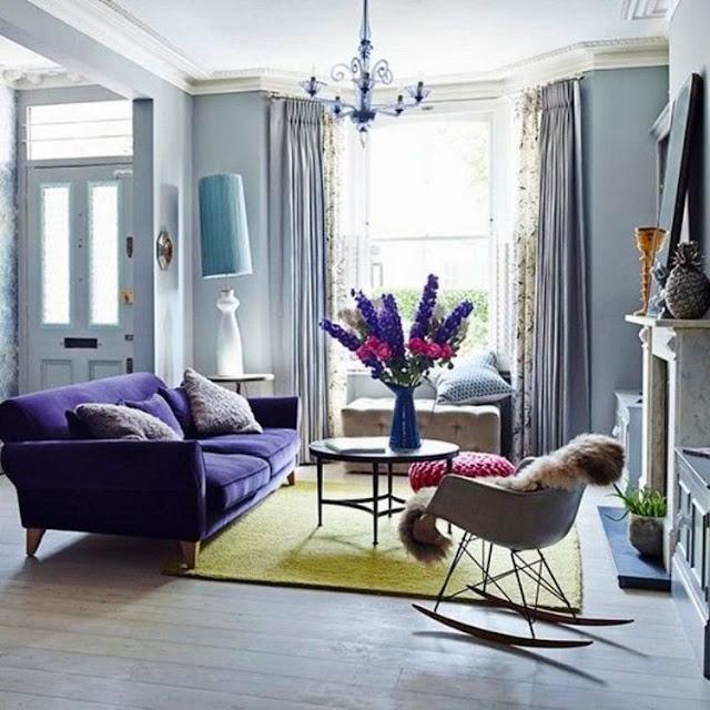 Salón con sofá color Ultra Violet Pantone