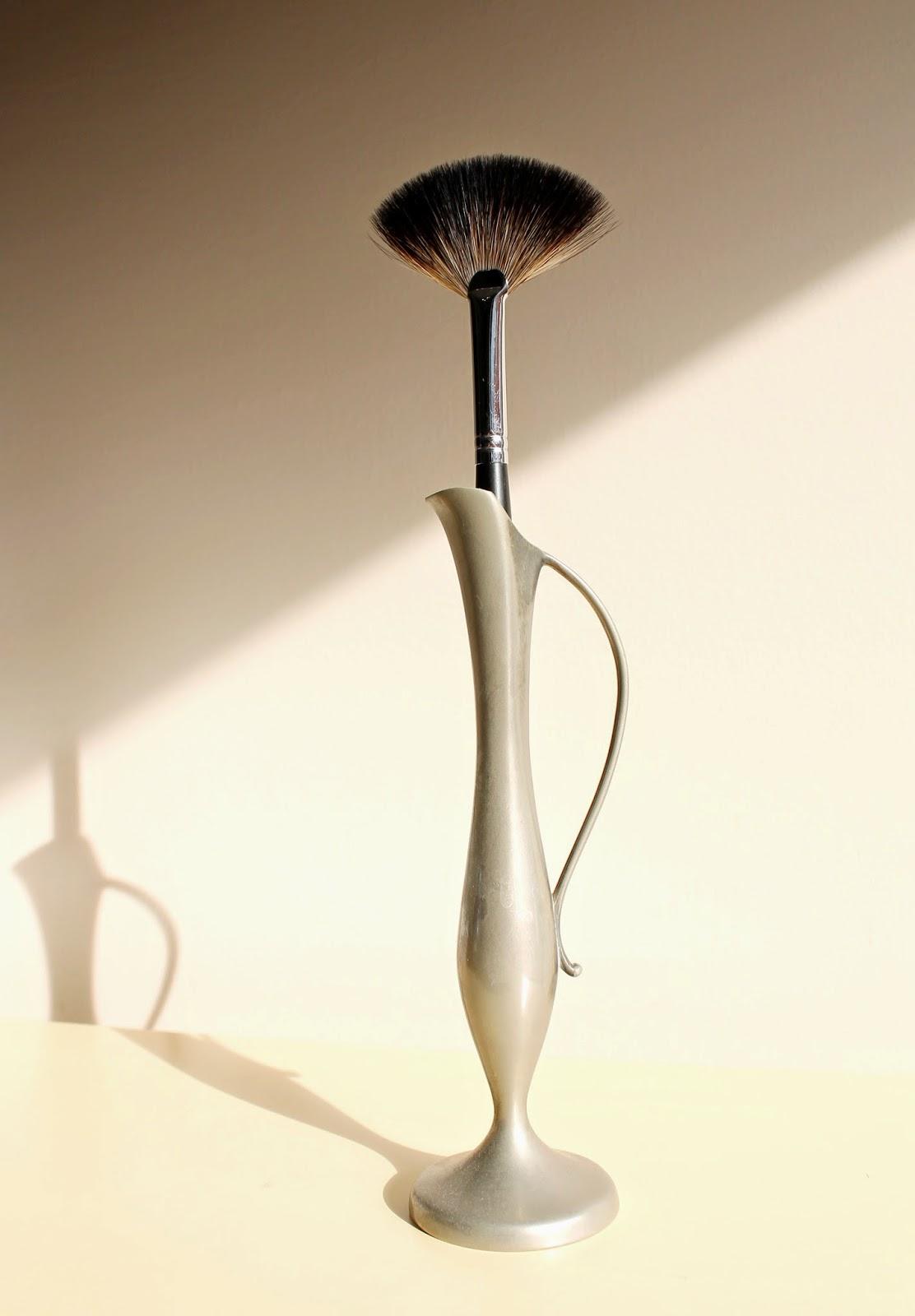 fan brush makeup brush racoon brush