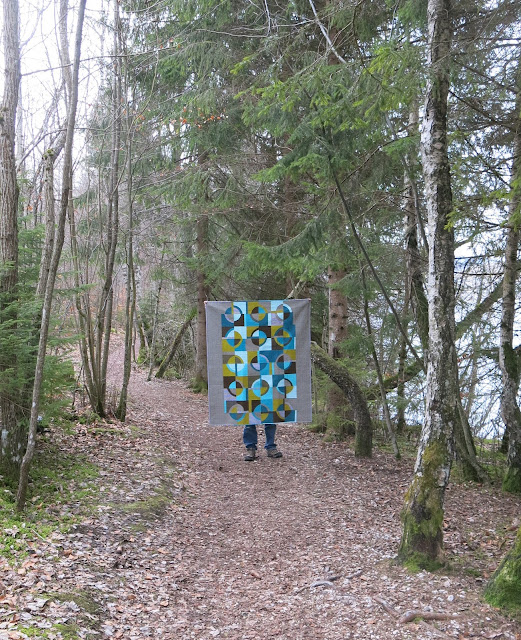 Luna Lovequilts - Retro, a finished quilt with improv curves - Photo shoot outside