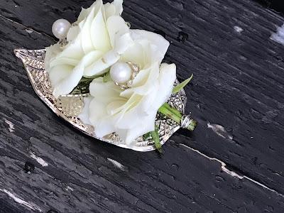 Anstecker für den Bräutigam, Weiß, Silber, Hochzeit zu Dritt, kleine Familienhochzeit, Riessersee Hotel Garmisch-Partenkirchen, Bayern, freie Trauung