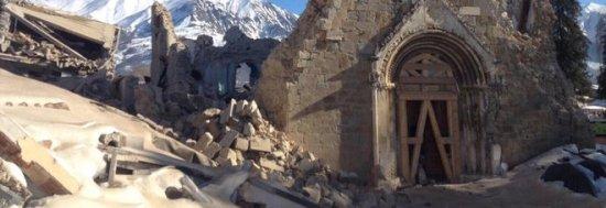 Amatrice: ancora scosse e crolla la parete della chiesa di Sant'Agostino