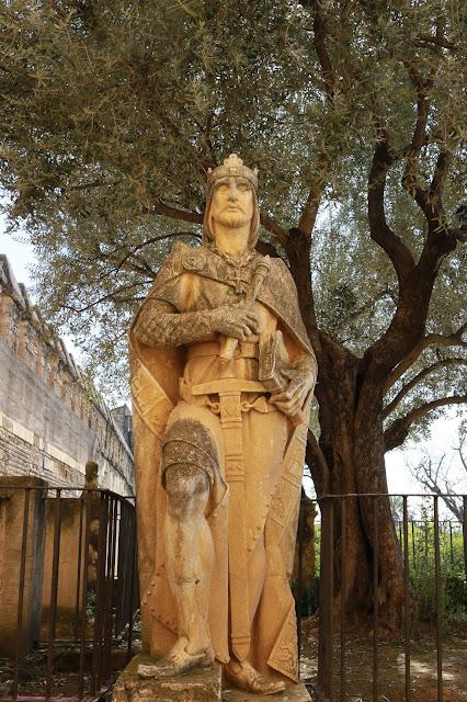 Estatua a la entrada del Alcázar de los Reyes Cristianos