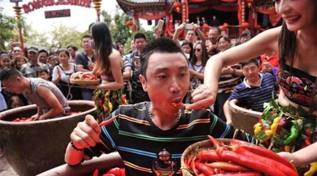 Lomba Makan Cabai, Pria Ini Kunyah 47 Cabai dalam 2 Menit dan Dianugerahi Kalung Emas