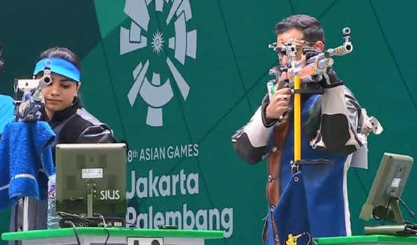 रवि कुमार और अपूर्वी चंदेला कुल स्कोर 42 9.9 था 10 मीटर एयर राइफल मिश्रित टीम     अपुरावी चंदेला और रवि कुमार ने रविवार को जकार्ता में एशियाई खेलों 2018 में भारत के लिए पहला पदक जीता।    चंदेला और कुमार, जो 10 मीटर एयर राइफल मिश्रित टीम इवेंट में भाग ले रहे थे, को अंतिम चरण में समाप्त कर दिया गया जिसका मतलब भारत के लिए कांस्य पदक था।    दोनों के कुल स्कोर 42 9.9 था। चीनी ताइपे के यिंग-शिन लिन और लू शाओचुआन ने 4 9 4.1 के कुल स्कोर के साथ स्वर्ण पदक जीता, जो कि एक खेल रिकॉर्ड भी है, जबकि चीन झोउ रूजु और यांग हाओरन के साथ चांदी के लिए 492.5 स्कोर कर रहा है।  चंदेला और कुमार ने 835.3 के साथ दूसरी सबसे अच्छी टीम के रूप में फाइनल में प्रवेश किया था।    हालांकि, मनु भाकर और अभिषेक वर्मा 10 मीटर मिश्रित वायु पिस्तौल समारोह के फाइनल में क्वालीफाई करने में नाकाम रहे।