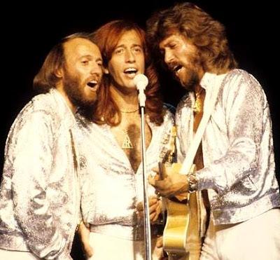 Foto de Bee Gees cantando en concierto